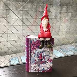 Sitting Pop Santa 900